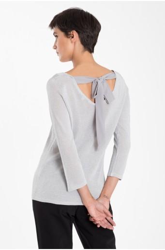 Elegantní svetřík s vázáním na zádech