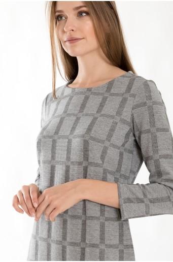 Padnoucí úpletové šaty s kostkovaným motivem