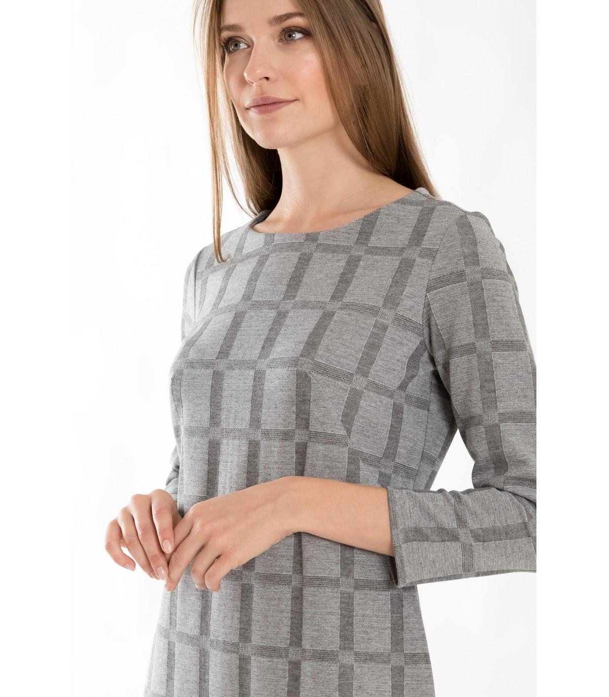 782d54019392 Padnoucí úpletové šaty s kostkovaným motivem