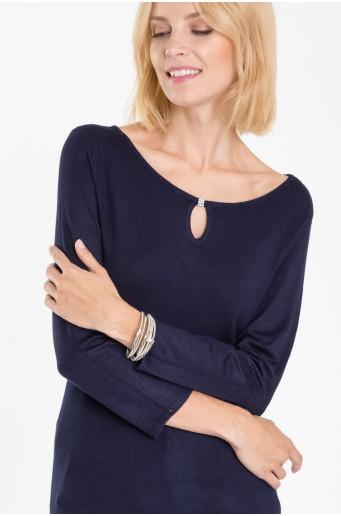Tmavě modrý svetr s ozdobným vázáním