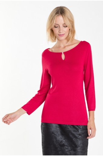Růžový svetr s dekorativním motivem