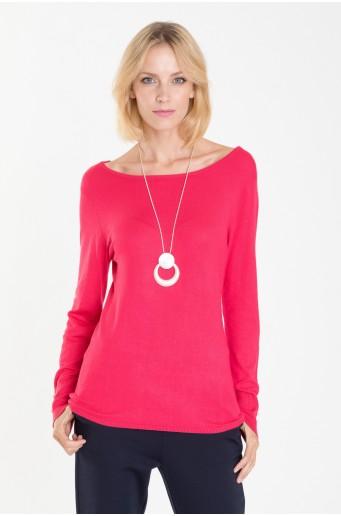 Červený svetr s dekorativními knoflíky na rukávech