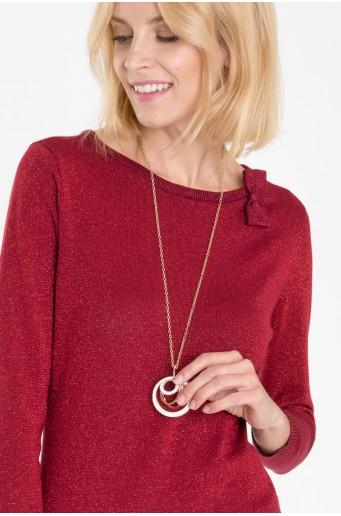 Červený svetr s lesklou nití