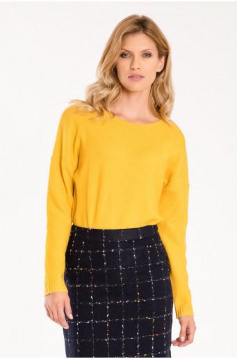 Žlutý svetr s ozdobnými stahujícími šňůrkami
