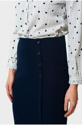 Úzka sukňa s ozdobnými gombíkmi