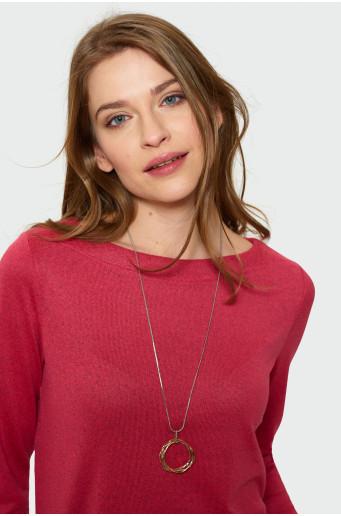 Červený svetr s dlouhým rukávem