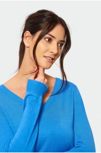Elegantný modrý sveter s ozdobnou časťou