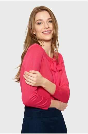 Červený svetr s ozdobným vázáním