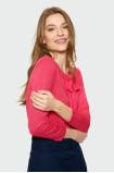 Červený sveter s ozdobným viazaním