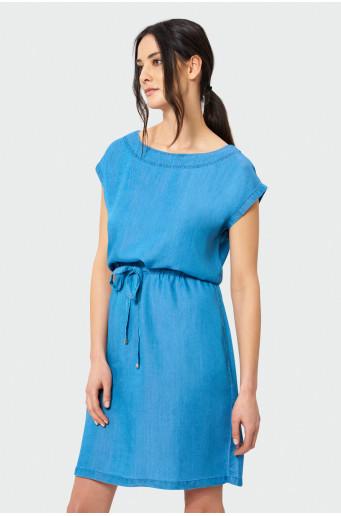 Modré šaty zúžené v páse