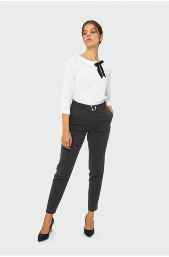 Elegantní šedé kalhoty s páskem.